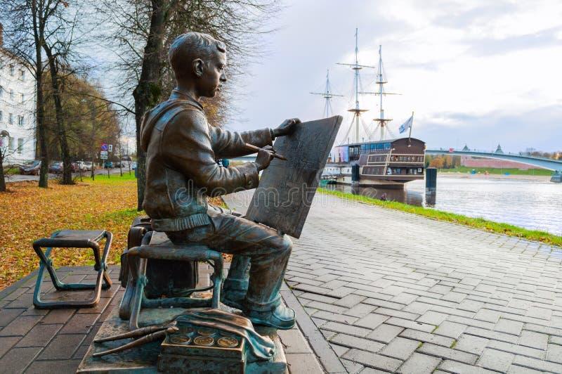 Rzeźba malarz chłopiec rysuje Novgorod Kremlin blisko Volkhov rzeki w Veliky Novgorod, Rosja zdjęcie stock