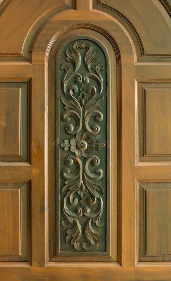 Rzeźba na teakwood drzwi obraz stock