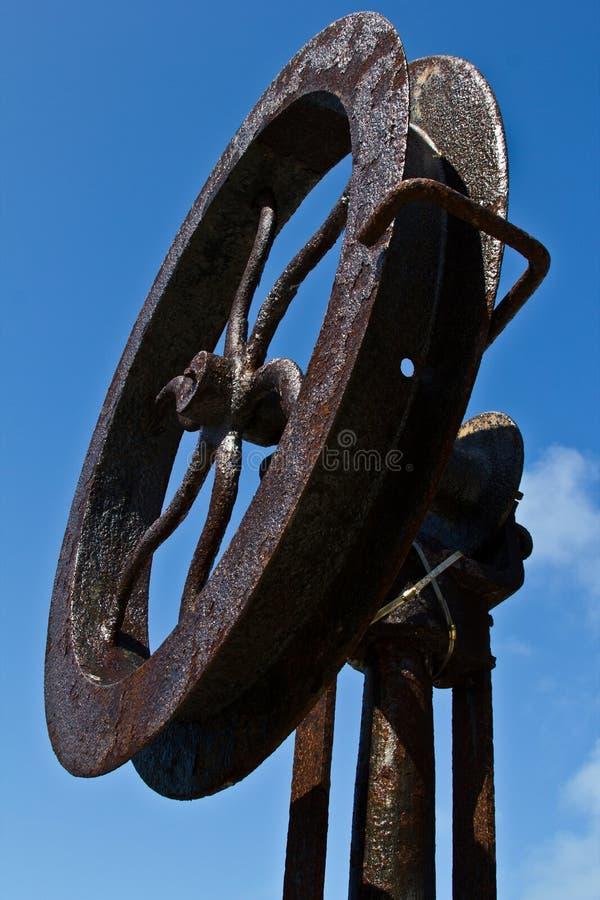 Rzeźba: ośniedziały żelazny statku koło zdjęcie stock