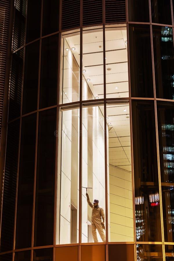 Rzeźba okno czysty w biurowym okno obrazy stock