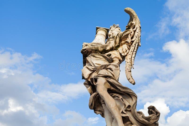 Rzeźba przeciw niebieskiemu niebu zdjęcia stock
