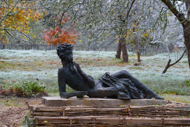 Rzeźba Pushkin w Jabłczanym sadzie Mikhailovskoe zdjęcia stock