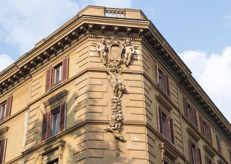 Rzeźba putti na jawnym budynku w Rzym, Włochy zdjęcie royalty free