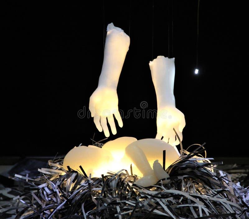 Rzeźba sypialny dziecko i ręki nad on fotografia royalty free