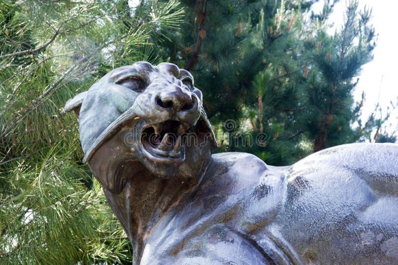 Rzeźba Tusey Meuse, Ładny Postać lwica że łapy miażdżyli antylopy w Albert 1 parku blisko deptaka des Angla fotografia stock