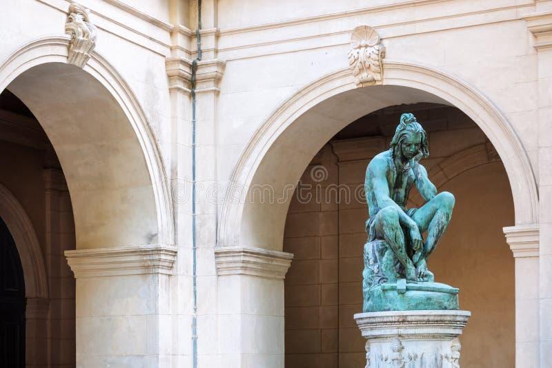 Rzeźba w muzeum sztuki piękna Lion, Francja Statuy w parku Palais saint pierre obrazy stock