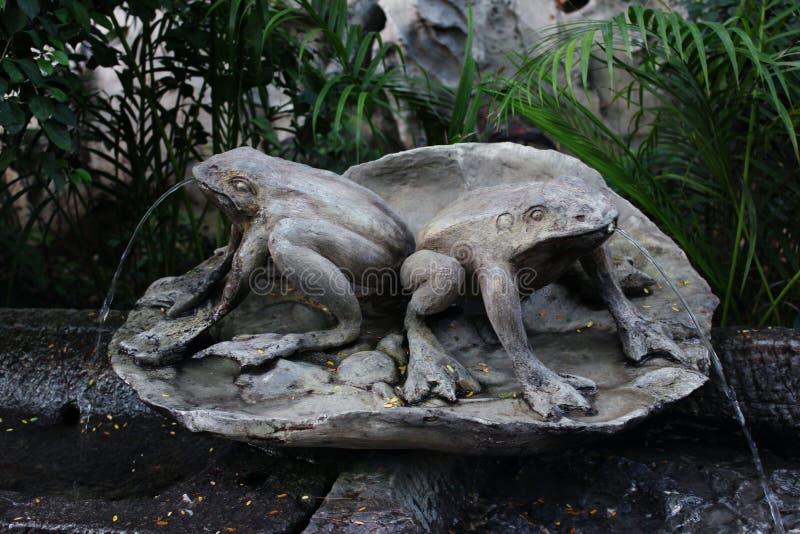 Rzeźba z żabami zdjęcie stock