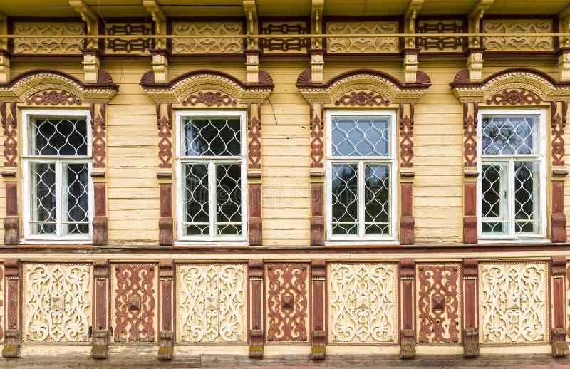 Rzeźbiąca fasada drewniany dom fotografia stock