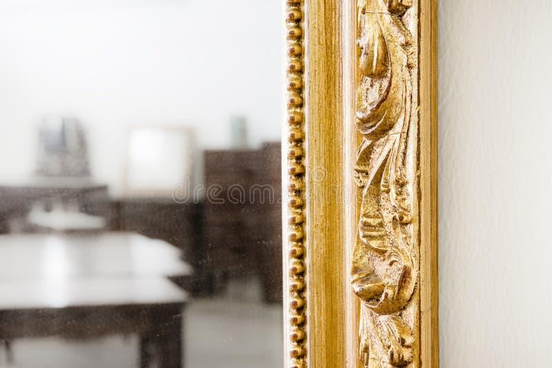 Rzeźbiąca i złota drewniana rama zdjęcie royalty free