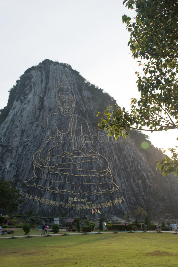 Rzeźbiący Buddha wizerunek od złota na falezie przy Khao Chee Chan obraz stock