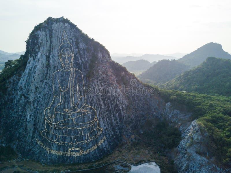Rzeźbiący Buddha wizerunek od złota na falezie przy Khao Chee Chan zdjęcia royalty free