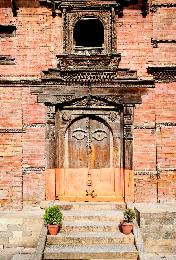 Rzeźbiący drewniany drzwi na Hanuman Dhoka, stary Royal Palace w Kathman obraz royalty free