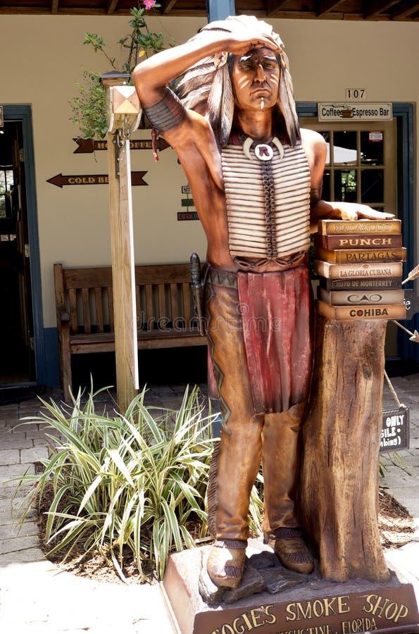 Rzeźbiący drewniany indianin z książkami w St Augustine Floryda usa fotografia royalty free