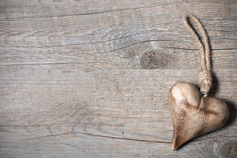 Rzeźbiący drewniany serce zdjęcia royalty free