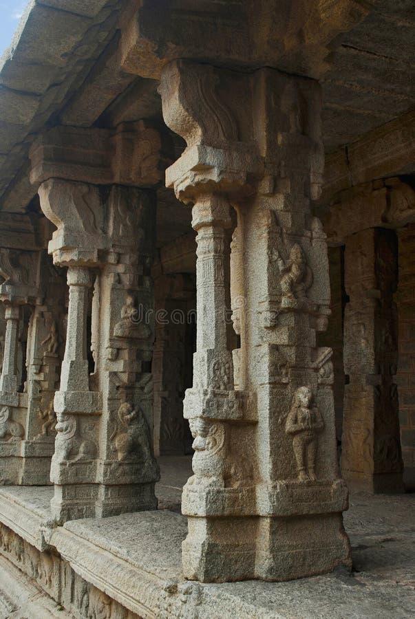 Rzeźbiący filary wewnętrzny podwórze, cloisters lub nasłupna weranda, Achyuta Raya świątynia, Hampi, Karnataka Święty centrum obrazy stock