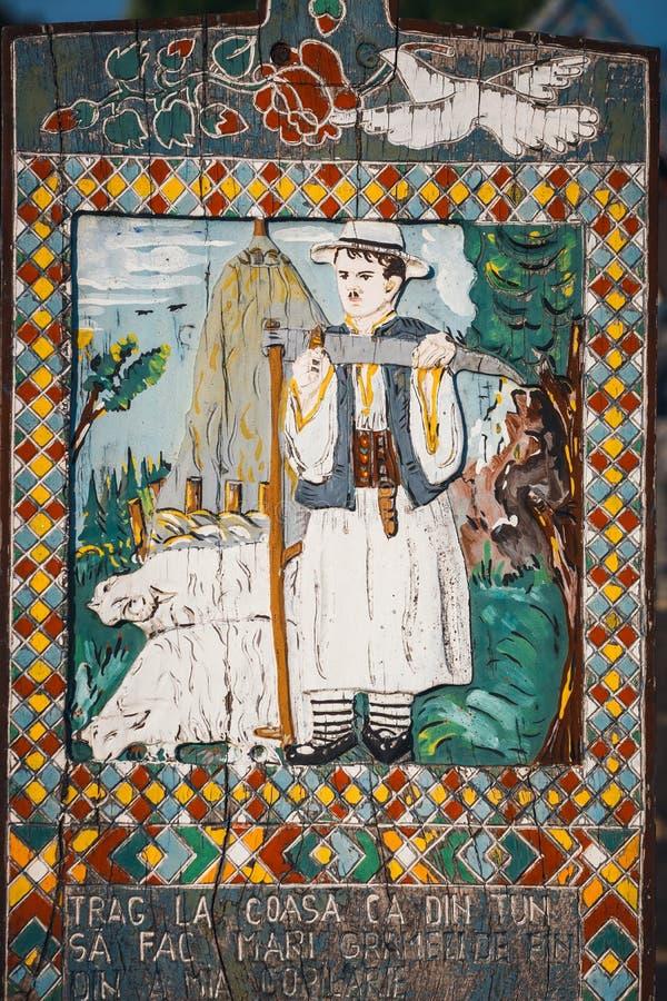 Rzeźbiący i malujący drewniani krzyże w Wesoło cmentarzu w Sapanta, Rumunia Tamte cmentarz jest un fotografia royalty free