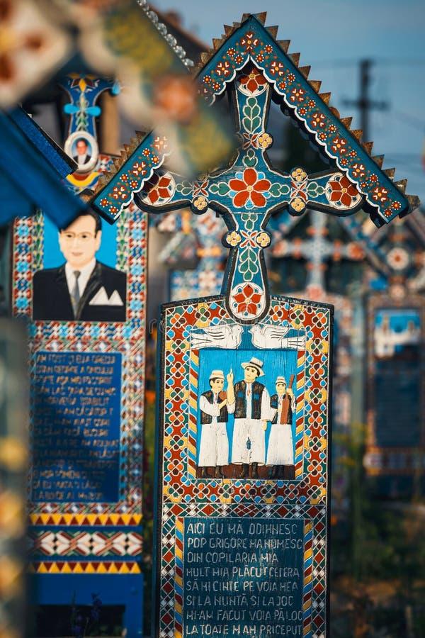 Rzeźbiący i malujący drewniani krzyże w Wesoło cmentarzu w Sapanta, Rumunia Tamte cmentarz jest un obraz stock