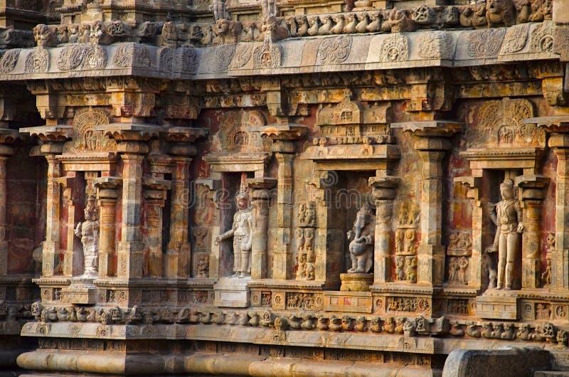 Rzeźbiący idole na zewnętrznej ścianie Airavatesvara świątynia, Darasuram, blisko Kumbakonam, tamil nadu, India zdjęcia royalty free