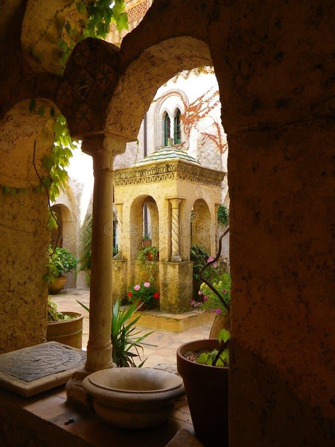 Rzeźbiący Kamienny Gazebo w Amalfi podwórzu z Doniczkowymi roślinami i Archways zdjęcia stock