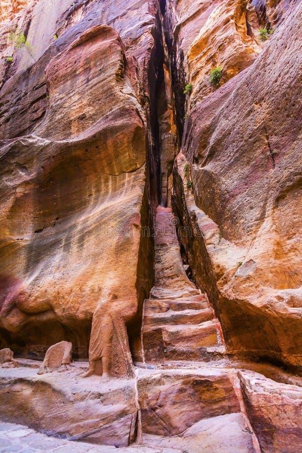 Rzeźbiący schody Siq jaru wejścia Zewnętrzny Petra Jordania obraz stock