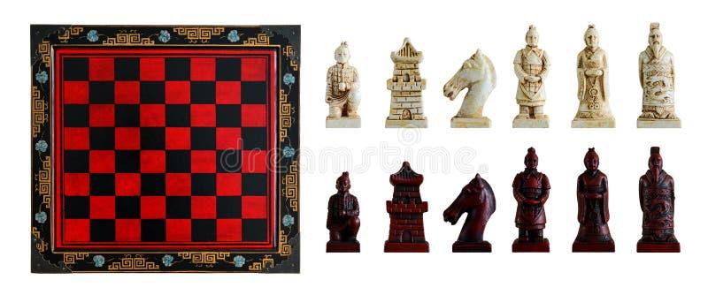 Rzeźbiący szachowi kawałki w chińskim stylu i chessboard Odosobniony, w zdjęcia stock