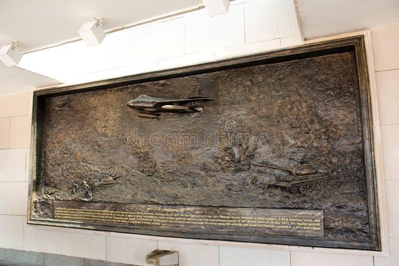 Rzeźbić i rzeźba obrazujemy opowieść wojna na ścianie Krajowy Wojenny pomnik India dzwoniący Amar Chakra lub okrąg nieśmiertelnoś zdjęcie stock