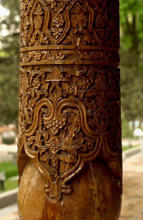 Rzeźbić na drewnianych kolumnach obrazy stock