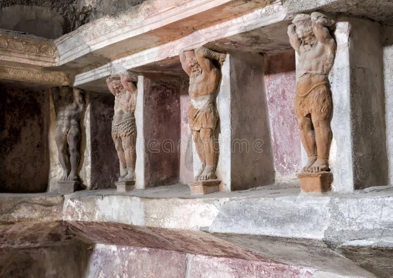 Rzeźbić niszy i, dokąd skąpanie dostawy przechować w bathhouse zostają zdjęcia stock