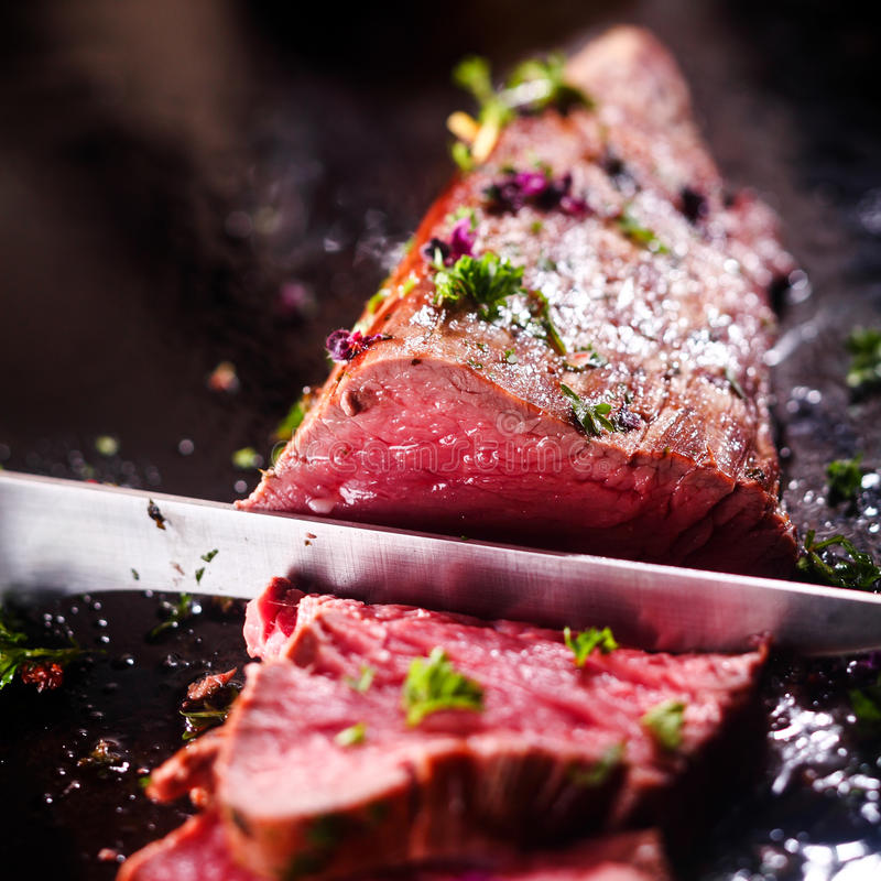 Rzeźbić porcję rzadka pieczona wołowina fotografia stock