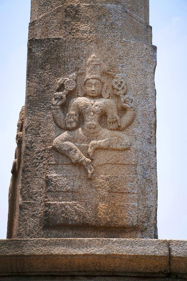 Rzeźbić postacie posadzony Kushmandini na północnej stronie Manasthambha przed Parsvanatha basadi lub basti, Chandragiri cześć zdjęcie royalty free