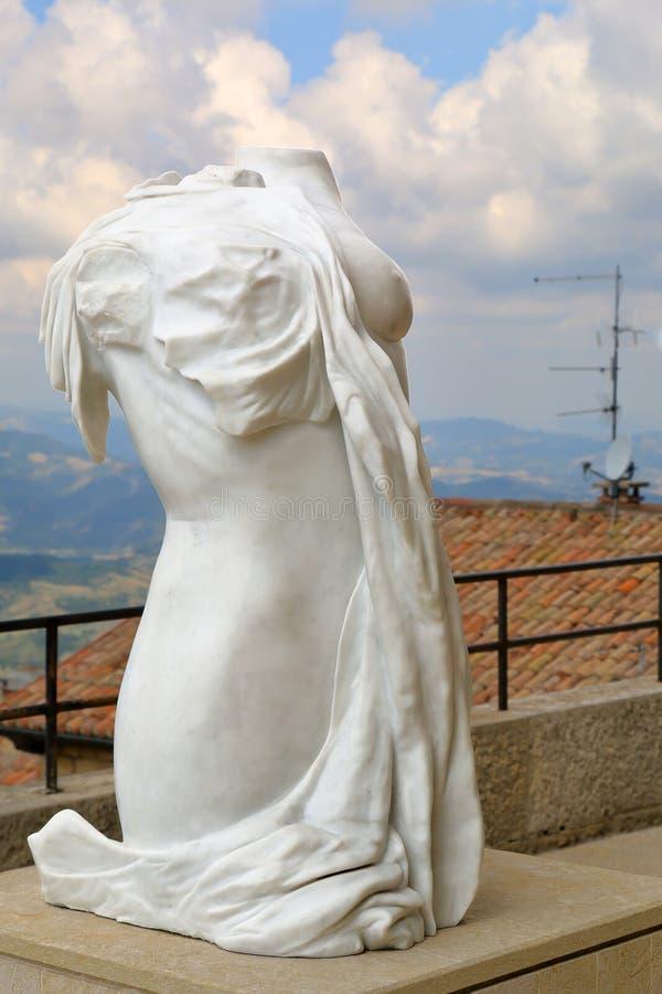 Rzeźbi żeńską postać w San Marino, Włochy obraz stock