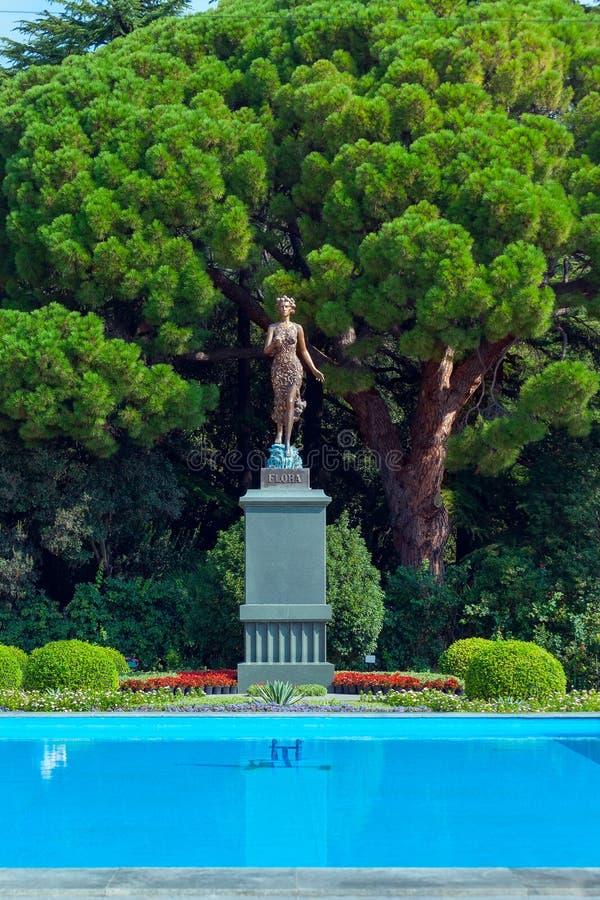 Rzeźbi bogini kwiaty i wiosny flora w Nikitsky ogródzie botanicznym yalta obraz royalty free