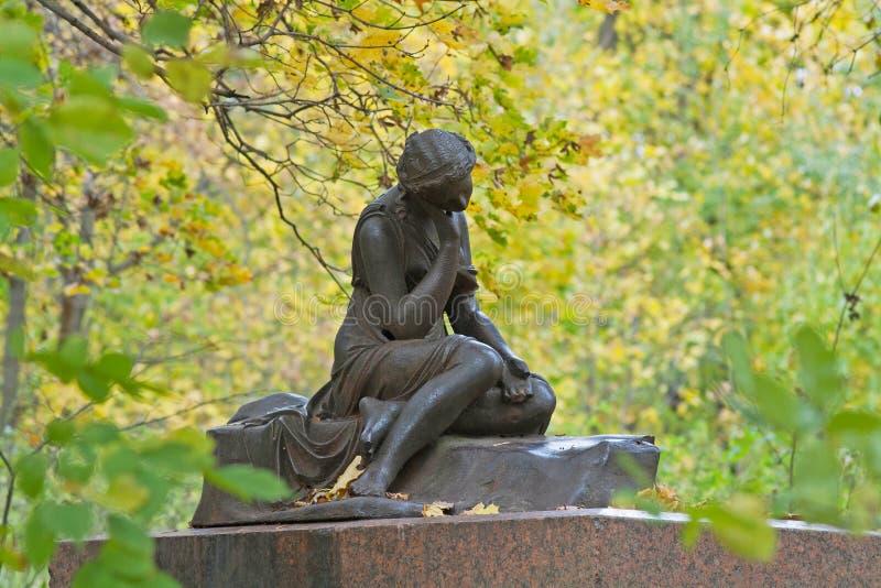 Rzeźbi ` dziewczyna z dzbanka ` z jesień liściem w Sukhanovo zdjęcia royalty free