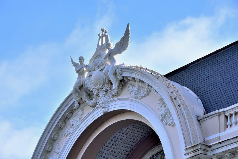 Rzeźbi na dachowej Ho Chi Minh miasta operze, Wietnam obraz royalty free