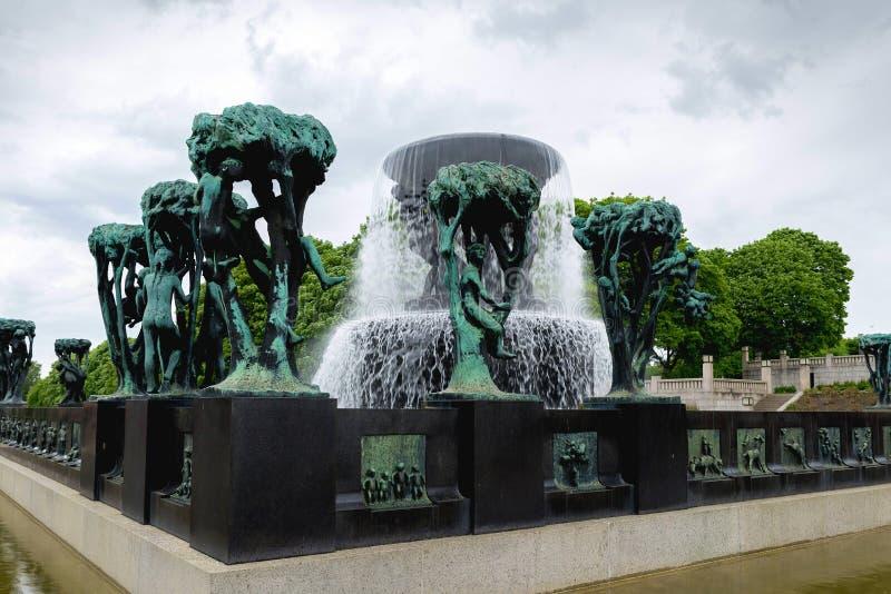 Rzeźbi statuy i fontannę w Vigeland rzeźby parku wewnątrz obraz royalty free