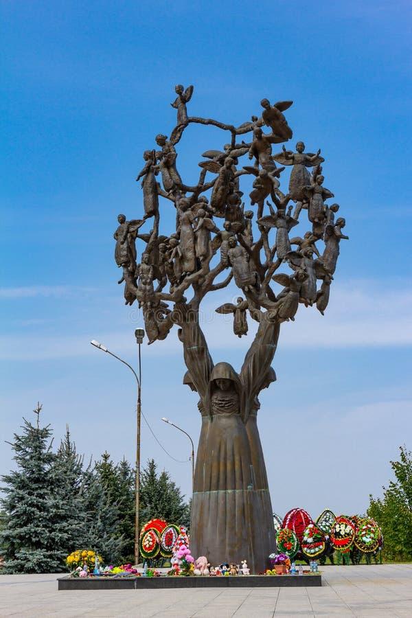 Rzeźbi w mieście aniołowie drzewa stroskanie Cmentarz był dziećmi zakopuje od ataka terrorystycznego na obraz stock