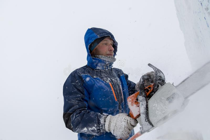 Rzeźbiarz ciie postać od lodowego bloku z benzyną zobaczył obrazy royalty free