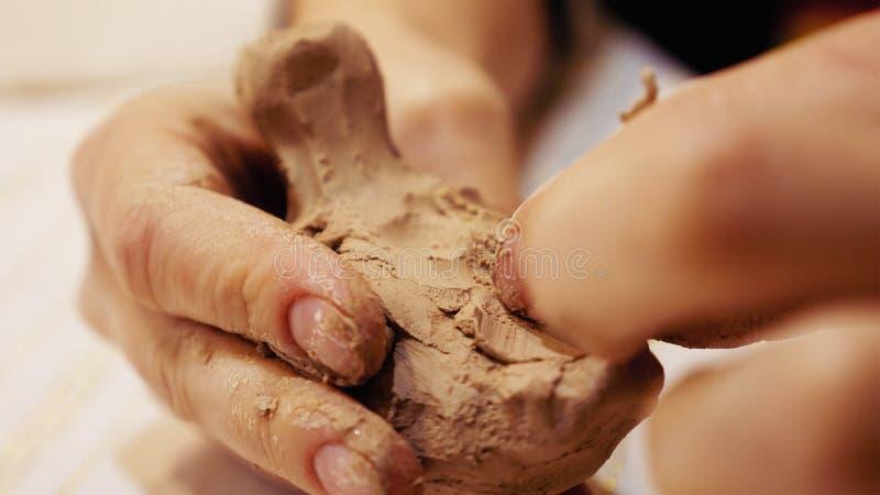 Rzeźbiarz jest modelarskiej gliny posążkiem lub figurką obrazy stock