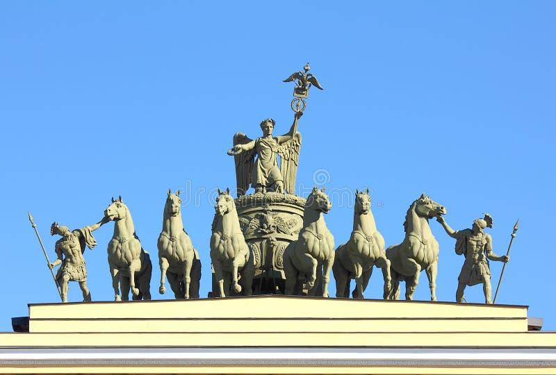 Rzeźbiona grupa na łuku sztab generalny w St. Petersburg zdjęcie stock