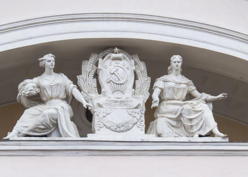 Rzeźbiony skład na fasadzie teatru budynek Kaluga Ð ¡ куД ьР¿ Ñ 'урР½ Ð°Ñ  кР¾ Ð ¼ Ð ¿ Ð ¾ Ð·Ð¸Ñ † Ð¸Ñ  obraz stock