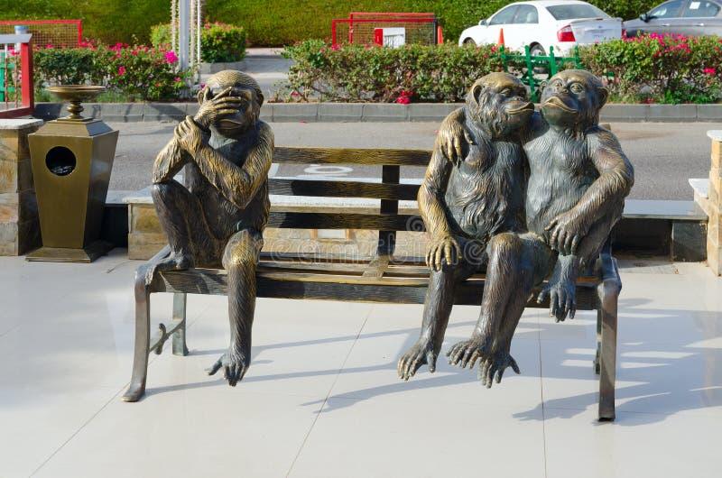 Rzeźbiony skład przedstawia trzy śmiesznej małpy w zakupy i rozrywki kompleksie Soho kwadrat, sharm el sheikh, Egipt obraz royalty free