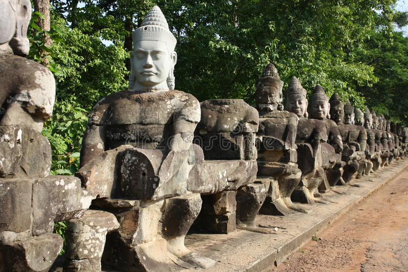 Rzeźby aleja w Angkor Wat zdjęcia stock