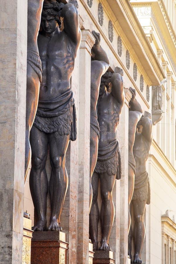 Rzeźby Atlantes na ganeczku budynku erem w St Petersburg, Rosja obrazy stock