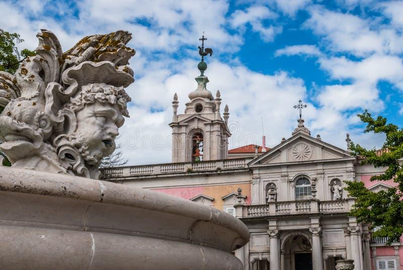 Rzeźby w fontannie, perspektywa stary klasztor górują, ministerstwo spraw zagranicznych, kwadrat konieczność Estrela, Lisbon, - obrazy stock