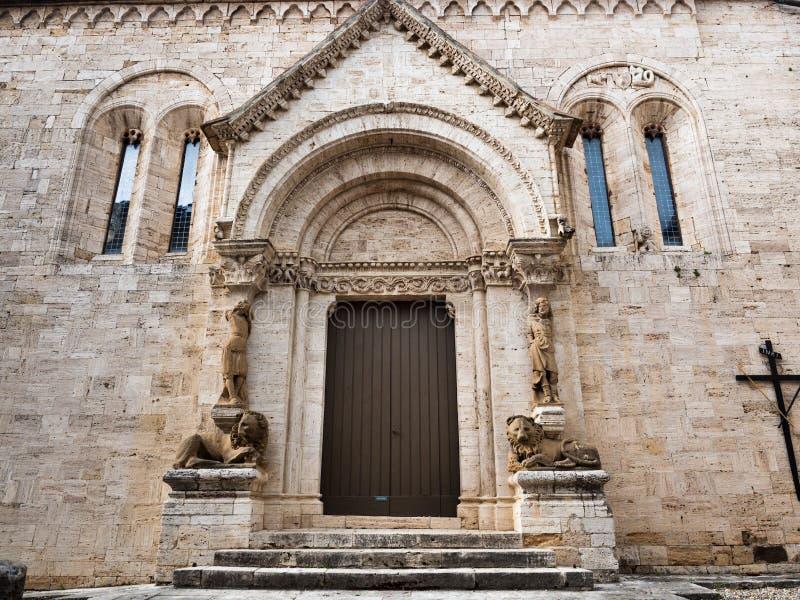 Rze?bi?cy kamienny wej?cie z kolumnami statuy i kamieni lwy opactwo San Quirico d ?Orcia, W?ochy zdjęcie royalty free