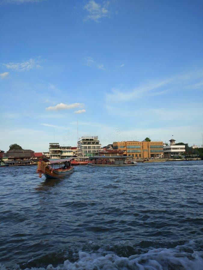 Rzeczna łódź krzyżuje Chao-Phraya rzekę zdjęcia royalty free