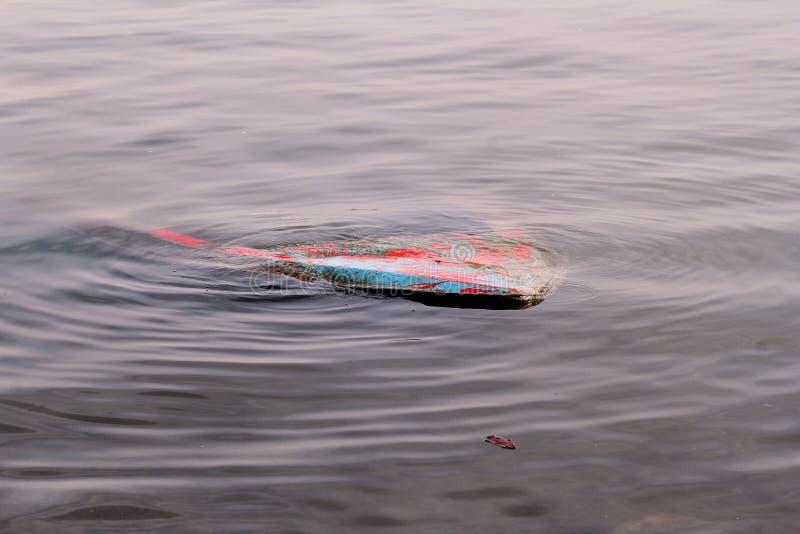 Rzeczna łódź rybacka tonąca w rzece Zapadnięta łódź w brudnej wodzie Rocznik stara kolorowa drewniana łódź tonąca w schronieniu obrazy stock