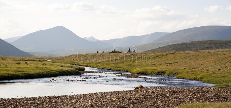 Rzeczna dolina i Tepees Tsaatan ludzie fotografia stock