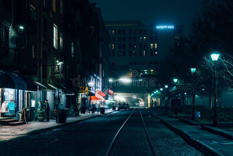Rzeczna ulica przy nocą, w sawannie, Gruzja zdjęcia royalty free