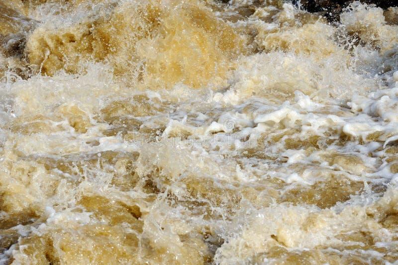 Rzeczna woda powodziowa z biel pianą fotografia royalty free